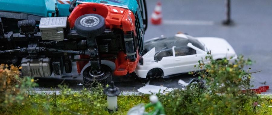 【交通事故鉴定】交通事故车速鉴定存疑,专家协助启动重新鉴定